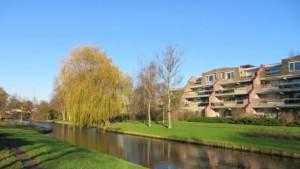 川辺のマンション